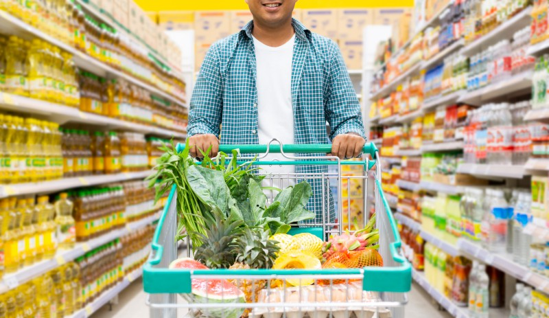 Boodschappen doen in supermarkt en achteraf betalen