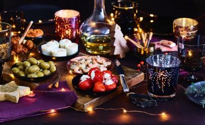 Een rijkgevulde tafel met kersthapjes en borrelhapjes van de Jumbo